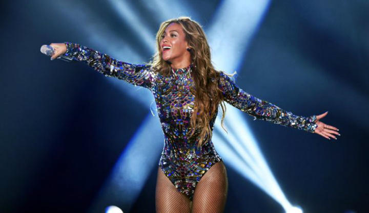 beyonce-gives-surprise-performance-at-blue-ivys-elementary-school-gala-video_1