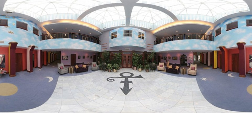 336CB64400000578-3553554-The_property_also_included_an_extravagant_lobby_area_where_the_w-a-107_1461329608814