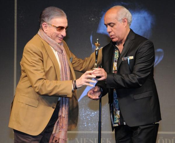 Haldun Dormen'e Onur Ödülünü Atilla Kaplakarslan verdi