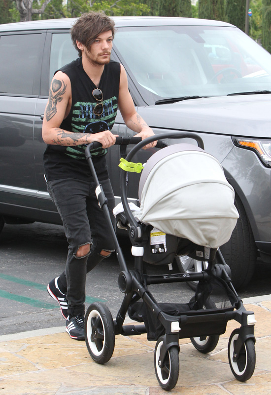 07.April.2016 - Calabasas - USA **PREMIUM EXCLUSIVE MUST CALL FOR PRICING** **STRICT WEB EMBARGO UNTIL 22.00GMT ON 8TH APRIL 2016** *** STRICTLY AVAILABLE FOR UK AND GERMANY USE ONLY *** Louis Tomlinson takes on the role of dad while pushing his son Freddie around in a stroller. The new dad recently settled a court date with ex/ baby mamma Briana Jungwirth in which the One Direction singer agreed to pay the mother $8,200 per month to cover health insurance, car insurance. and rent. The father also requested 50/50 custody, but the court has not made a final decision yet. BYLINE MUST READ : AKM-GSI-XPOSURE ***UK CLIENTS - PICTURES CONTAINING CHILDREN PLEASE PIXELATE FACE PRIOR TO PUBLICATION *** *UK CLIENTS MUST CALL PRIOR TO TV OR ONLINE USAGE PLEASE TELEPHONE 0208 344 2007*