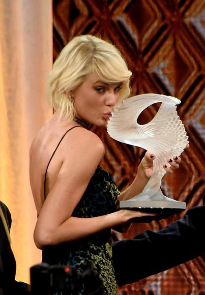 Taylor-Swift-2016-BMI-Pop-Ödüllerinde-Taylor-Swift-Ödülünü-Kabul-Etti-1