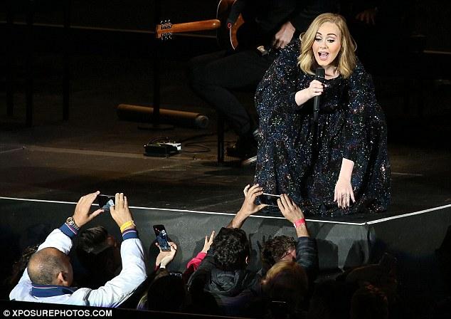 Adele-Konserde-Kamerayla-Çekim-Yapan-Hayranını-Durdurdu-3