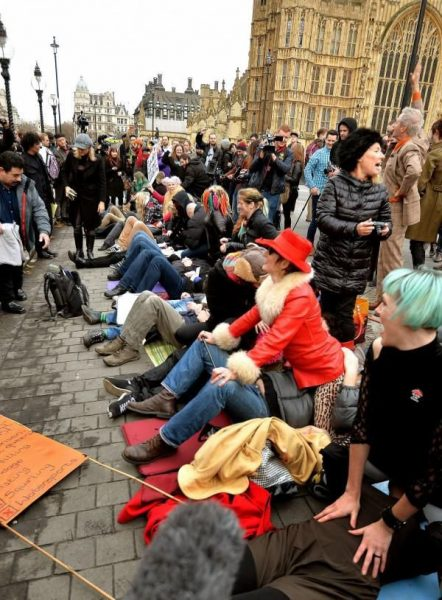 face-sitting-protesto-foto-04