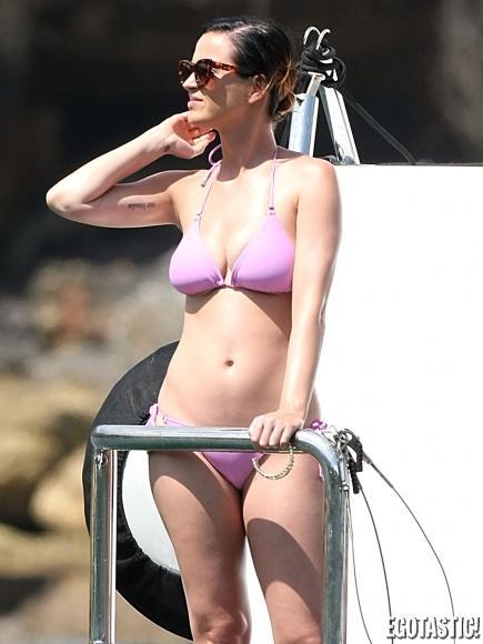 katy-perry-bikini-party-australian-yacht-17-435x580