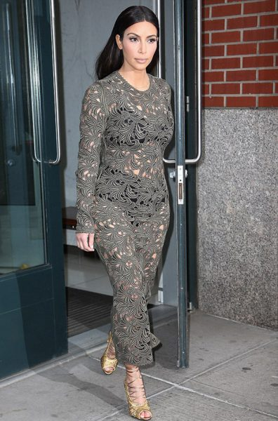 kim-kardashian-dantelli-elbisesi-ile-alay-konusu17