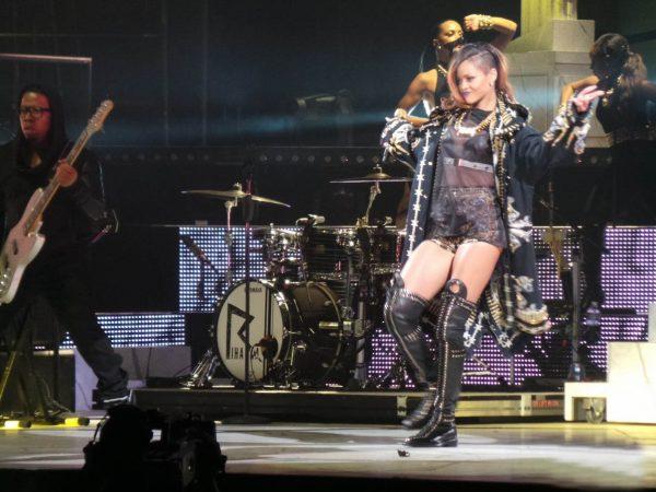 rihanna-diamonds-world-tour-backstage-pictures-exclusive-07