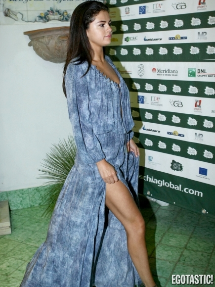 selena-gomez-flashes-legs-at-the-ischia-global-festival-07-435x580