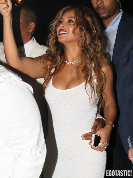solange-knowles-boobs-falling-out-at-her-wedding-in-new-orleans-01-435x580