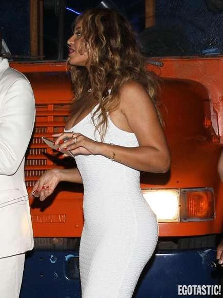 solange-knowles-boobs-falling-out-at-her-wedding-in-new-orleans-02-435x580