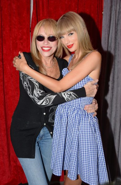 taylor-swift-sings-youre-so-vain-with-carly-simon-video-05