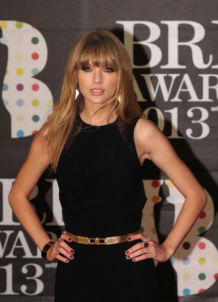 taylor_swift_brit_awards_2013_red_carpet_arrivals_6ut8wlu5vikl