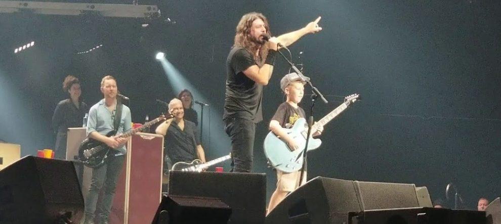 10 yaşındaki çocuk Foo Fighters konserinde gitar çaldı